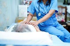 Azjatycka piel?gniarki physiotherapist lekarki opieka, senior lub starsza starej damy kobieta cierpliwi, pomocy i poparcia k?amam zdjęcia royalty free