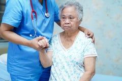 Azjatycka piel?gniarki physiotherapist lekarki opieka, senior lub starsza starej damy kobieta cierpliwi, pomocy i poparcia k?amam obrazy royalty free