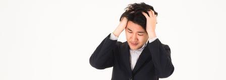 Azjatycka przystojna biznesowego mężczyzny chwyta głowa ponieważ żadny pomysł, żadny rozwiązanie Uprawa dla sztandaru zdjęcie stock