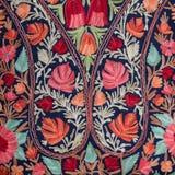 Azjatycka ręcznie robiony pashmina chusta z delikatną broderią przy plenerowymi rzemiosłami wprowadzać na rynek w Kathmandu, Nepa fotografia royalty free