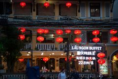 Azjatycka restauracyjna powierzchowność dekorował z czerwonymi papierowymi lampionami obrazy stock