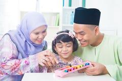 Azjatycka rodzina bawić się muzycznego instrument Fotografia Royalty Free