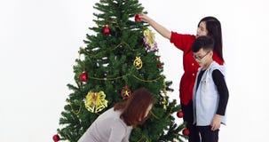 Azjatycka rodzina dekoruje choinki zbiory wideo