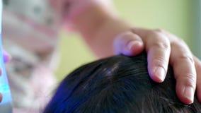Azjatycka rodzina z macierzystym częstowaniem jej córki włosy przeciw wszom zdjęcie wideo