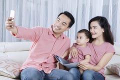 Azjatycka rodzinna bierze selfie fotografia w domu zdjęcia stock