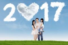 Azjatycka rodzinna pozycja przy polem z 2017 Zdjęcia Royalty Free