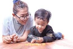Azjatycka rodziny matka, dzieci bawić się na drewnianej podłoga i Zdjęcie Stock