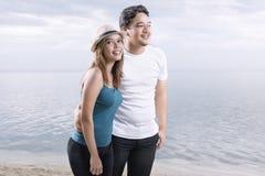 Azjatycka romantyczna para z kobietą w kapeluszu relaksuje i chodzący na plaży obrazy royalty free
