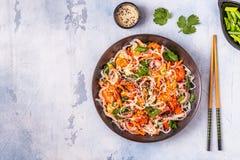 Azjatycka sałatka z ryżowymi kluskami, garnelą i warzywami, fotografia stock