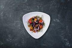 Azjatycka sałatka z oberżynami, pomidorami i czosnkiem, zdjęcie stock