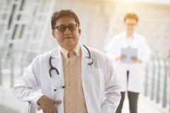 Azjatycka senior lekarka obrazy stock