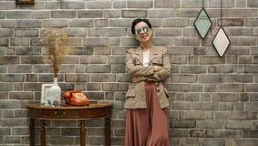 Azjatycka starsza kobieta siedzi w pięknym luksusowym wewnętrznym izbowym Tuscan Zdjęcia Royalty Free