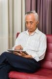 Azjatycka starsza męska uczenie technologia Zdjęcia Royalty Free