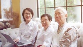 Azjatycka starsza para konsultuje zdrowie plan i dyskutuje z kobieta d Zdjęcia Royalty Free
