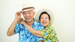 Azjatycka starsza para szczęśliwa dla wakacyjnego planu jest ubranym Hawaje kapelusz i koszula fotografia royalty free