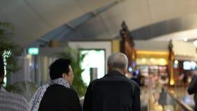 Azjatycka Starsza para Szczęśliwa W Lotniskowej Bezcłowej zabawy Rodzinnej wycieczce zbiory wideo
