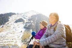 Azjatycka starsza para wycieczkuje na górze obraz stock