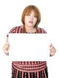 Azjatycka tłuściuchna kobiety pozycja z pustym horyzontalnym pustym papierem wewnątrz Fotografia Stock