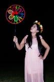 Azjatycka Tajlandzka dziewczyna dmucha wałkowego koło Obrazy Royalty Free