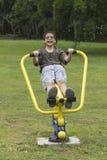 Azjatycka Tajlandzka nastoletnia uśmiechnięta chłopiec ćwiczy na sporta wyposażeniu Zdjęcia Royalty Free