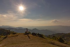 Azjatycka turystyczna bierze fotografia od wierzchołka góra z dolinnym widokiem Doi Pha blaszecznica Chiang Raja obrazy royalty free