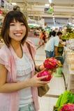 Azjatycka turystyka wybiera Pitaya owoc w Tajlandia rynku otwartym Zdjęcie Royalty Free