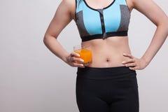 Azjatycka zdrowa dziewczyna pije sok pomarańczowego Obrazy Stock