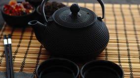 Azjatycka zielona herbata ustawiająca na bambus macie zdjęcie wideo