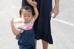 Azjatycki śliczny dziecka łasowania mleko w butelce obrazy royalty free