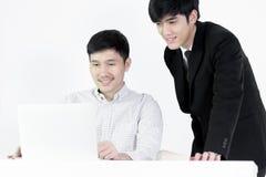 Azjatycki żłobu pracownika i biznesmena pensyjny mężczyzna działanie wraz z czuć szczęśliwym i sukcesem, odizolowywającym na biał fotografia royalty free