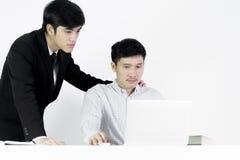 Azjatycki żłobu pracownika i biznesmena pensyjny mężczyzna działanie wraz z czuć szczęśliwym i sukcesem, odizolowywającym na biał obraz stock