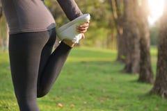 Azjatycki żeński trening przy parkiem Fotografia Royalty Free