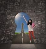 Azjatycki żeński uczeń skacze na sukces drodze Zdjęcie Royalty Free