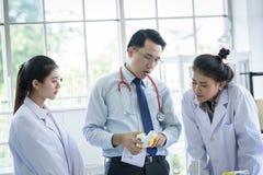 Azjatycki anatomiczny i nauczyciel nauczanie ucze? o nauce w laboratorium obrazy royalty free