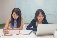 Azjatycki biurowy pracownik pracuje w biurze fotografia royalty free