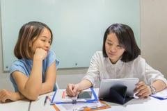 Azjatycki biurowy pracownik sprawdza pieniężnych dane na raporcie zdjęcia royalty free