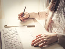 Azjatycki biznes woman30s 40s stawia lewą rękę na laptopie przy whit obrazy stock