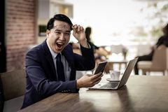 Azjatycki biznesmen świętuje w kawiarni zdjęcie royalty free