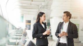 Azjatycki biznesmen dyskutuje z bizneswomanem obraz stock