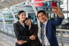 Azjatycki biznesmen i bizneswoman bierze selfie z smartphone w mieście Zdjęcia Royalty Free