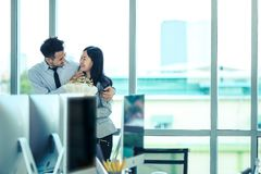 Azjatycki biznesmen i bizneswoman jesteśmy flirtować w nowożytnym offi zdjęcie royalty free