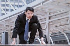 Azjatycki biznesmen jest ubranym szkła zaczyna, i ustala zaczynać Obrazy Stock