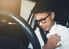 Azjatycki biznesmen ma ataka serca podczas gdy on jedzie samochód Obrazy Stock