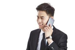 Azjatycki biznesmen opowiada na telefonie komórkowym zdjęcie stock