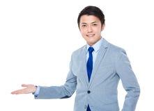 Azjatycki biznesmen pokazuje coś Fotografia Royalty Free