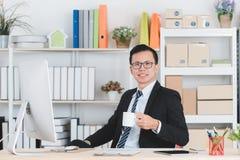 Azjatycki biznesmen przy biurem zdjęcie stock