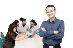 Azjatycki biznesmen spotyka jego kolegów zdjęcie stock
