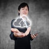Azjatycki biznesmen trzyma cyfrową obłoczną oblicza ikonę, biznesowy concpept Obrazy Royalty Free