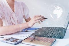 Azjatycki biznesmen używa komputerowego laptop pokazuje handlarskiego wykres obok giełda papierów wartościowych wykresu ekranu ha Fotografia Stock