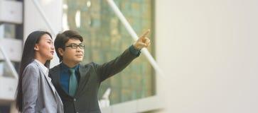 Azjatycki biznesmen wskazuje przy coś Obraz Stock